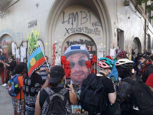 Homenaje a Mauricio Fredes en la esquina donde murió victima de la represión policial en Chile - Sputnik Mundo