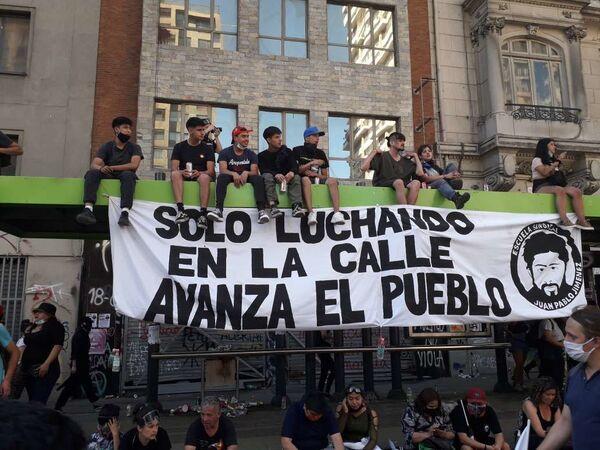 Jóvenes concentrados durante manifestaciones por un año del estallido social chileno - Sputnik Mundo