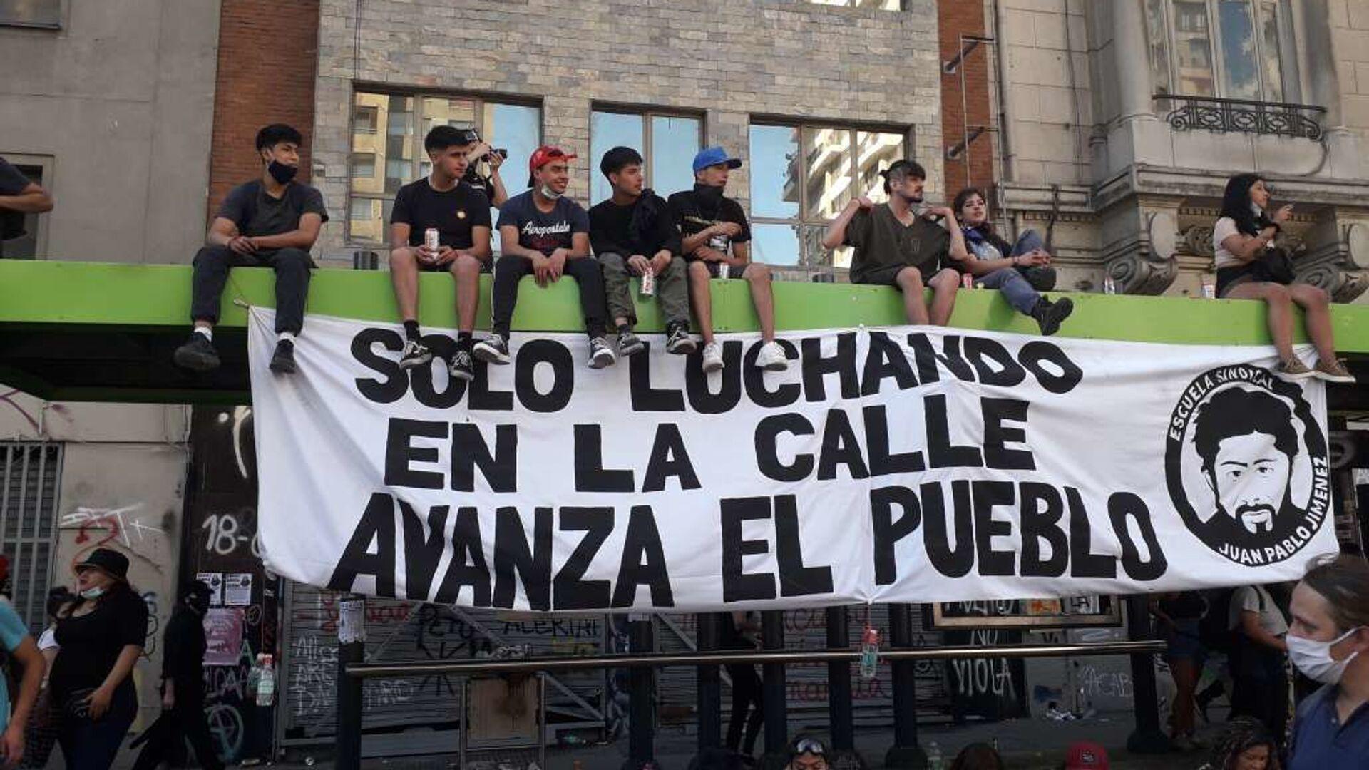 Jóvenes concentrados durante manifestaciones por un año del estallido social chileno - Sputnik Mundo, 1920, 11.08.2021