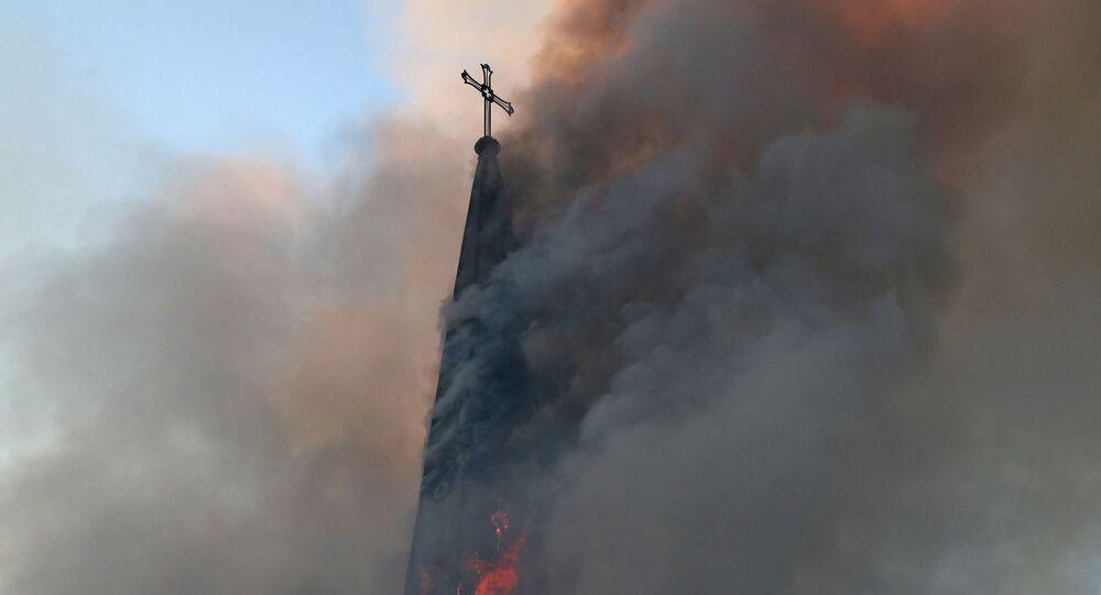 La Iglesia de la Asunción de Santiago de Chile en llamas tras una manifestación