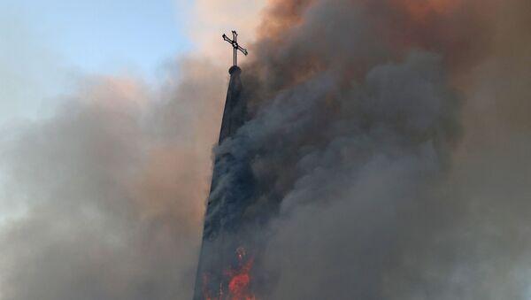 La Iglesia de la Asunción de Santiago de Chile en llamas tras una manifestación - Sputnik Mundo