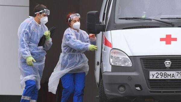 Dos médicos durante el rebrote de coronavirus en Rusia - Sputnik Mundo