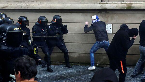 Protestas contra las medidas anti-COVID-19 en Praga  - Sputnik Mundo