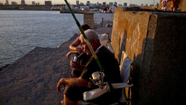 Un hombre toma mate mientras pesca en Mar del Plata, Argentina - Sputnik Mundo