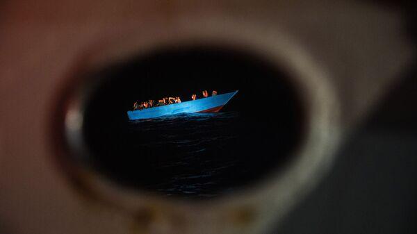 Decenas de migrantes esperan ser asistidos por un equipo de cooperantes de la ONG española Open Arms - Sputnik Mundo