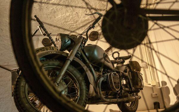 Una motocicleta antigua en la Galleria Borbonica, Nápoles, Italia - Sputnik Mundo