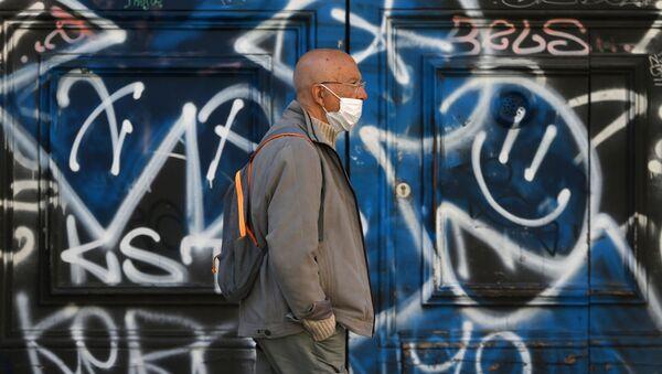 Hombre con mascarilla en Barcelona - Sputnik Mundo