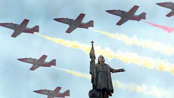 Un grupo de aviones españoles CASA C-101 sobrevuela la estatua de Cristóbal Colón en Madrid - Sputnik Mundo