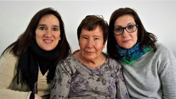 María Jesús Leal, fallecida de cáncer durante el COVID-19, con sus dos hijas - Sputnik Mundo
