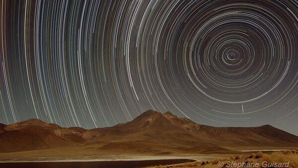 Rastro de estrellas sobre la Laguna Miscanti (Chile) - Sputnik Mundo