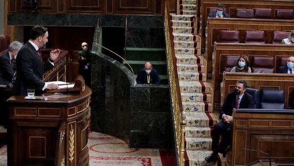 Santiago Abascal frente a Pedro Sánchez durante la moción de censura - Sputnik Mundo