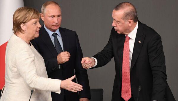 La canciller alemana, Angela Merkel, el presidente ruso, Vladímir Putin, y el líder turco, Recep Tayyip Erdogan (archivo) - Sputnik Mundo