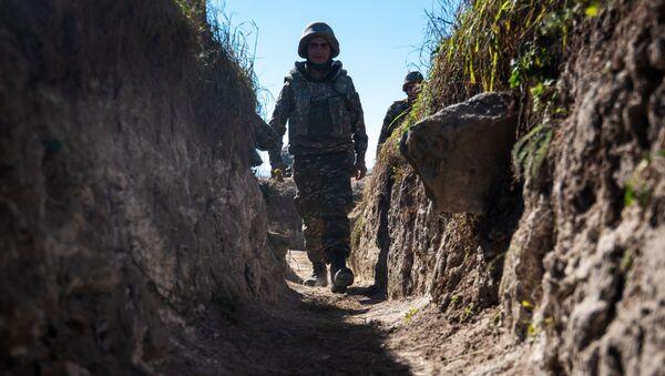 Un soldado en Nagorno Karabaj - Sputnik Mundo