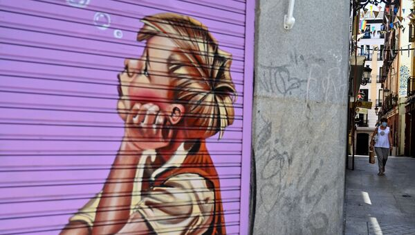 Una mujer pasa frente a una tienda cerrada en Madrid. 9 de julio de 2020 - Sputnik Mundo