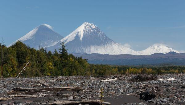 Los volcanes Kliuchevskói, Kamen y Bezimianni en Kamchatka, Rusia - Sputnik Mundo