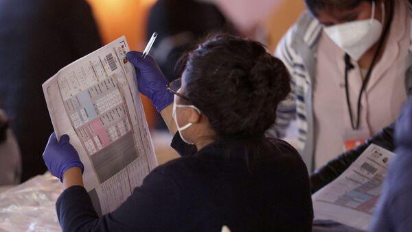 Una mujer durante el conteo de votos en Bolivia - Sputnik Mundo