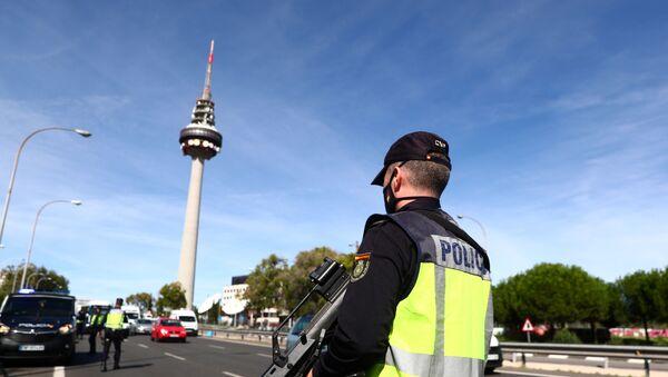 Un policía en Madrid, España - Sputnik Mundo