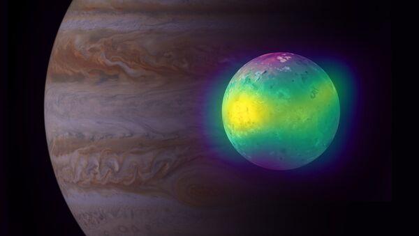 Una imagen compuesta de la luna Ío y el planeta Júpiter, al fondo - Sputnik Mundo