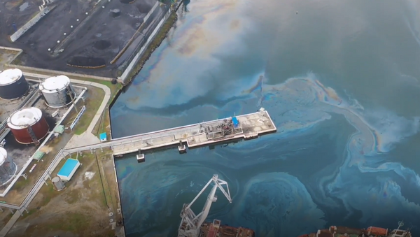 Así se ve el derrame de petróleo en el Lejano Oriente ruso desde un dron - Sputnik Mundo