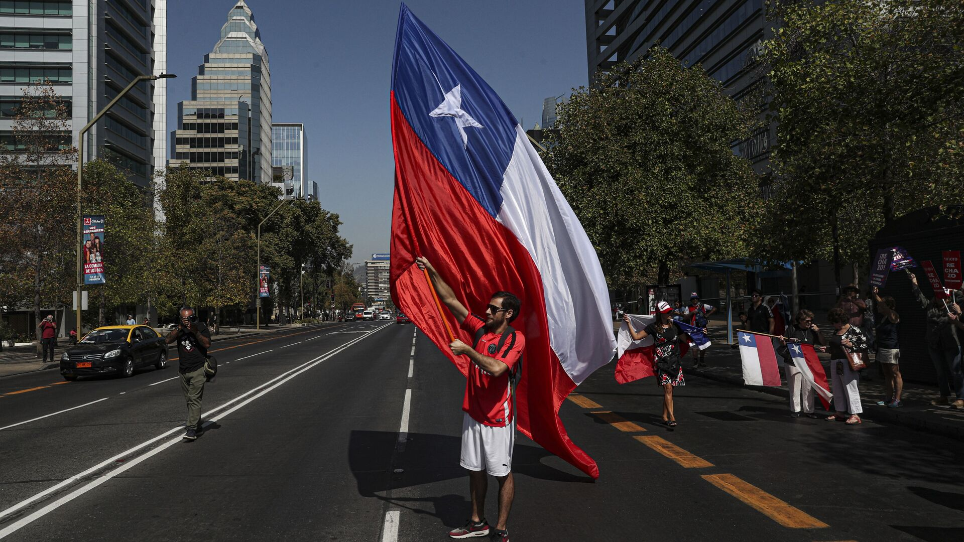 Un manifestante con la bandera de Chile - Sputnik Mundo, 1920, 04.07.2021