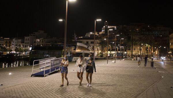 Transeúntes en el puerto de Ibiza - Sputnik Mundo