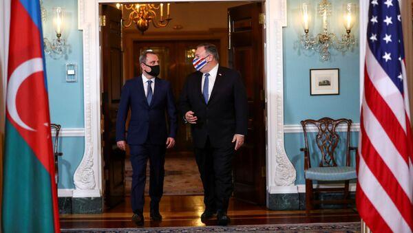 El ministro de Asuntos Exteriores azerbaiyano, Ceyhun Bayramov, con el secretario de Estado de Estados Unidos, Mike Pompeo - Sputnik Mundo