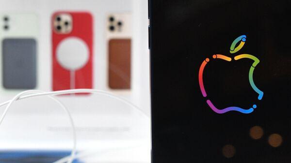 Logo de la compañía Apple con los iPhones en el fondo - Sputnik Mundo
