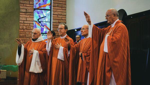 Unos sacerdotes en una ceremonia religiosa (archivo) - Sputnik Mundo