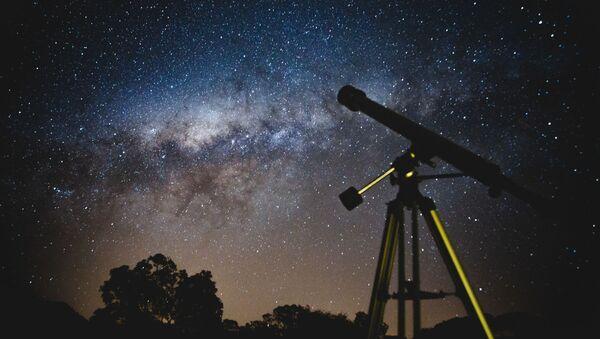Un telescopio y el cielo lleno de estrellas - Sputnik Mundo