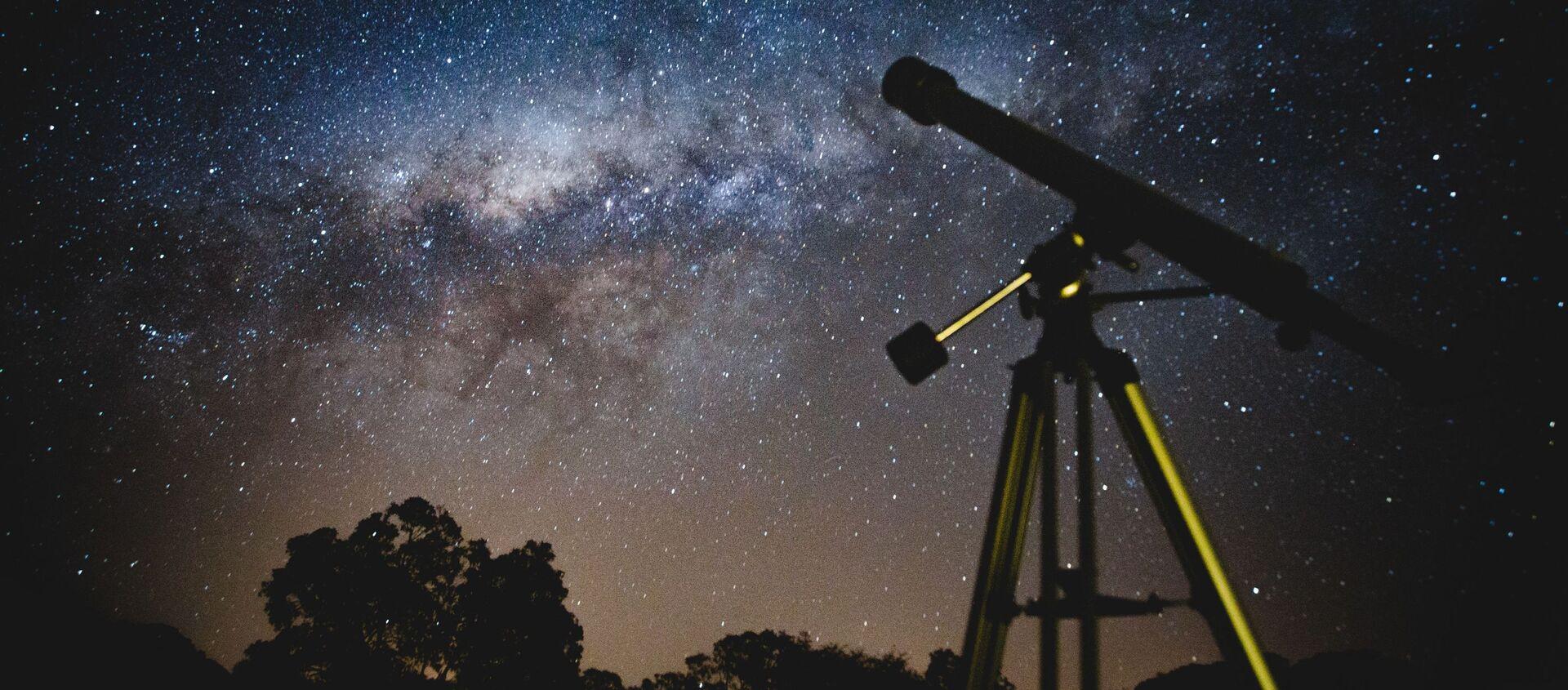 Un telescopio y el cielo lleno de estrellas - Sputnik Mundo, 1920, 25.10.2020