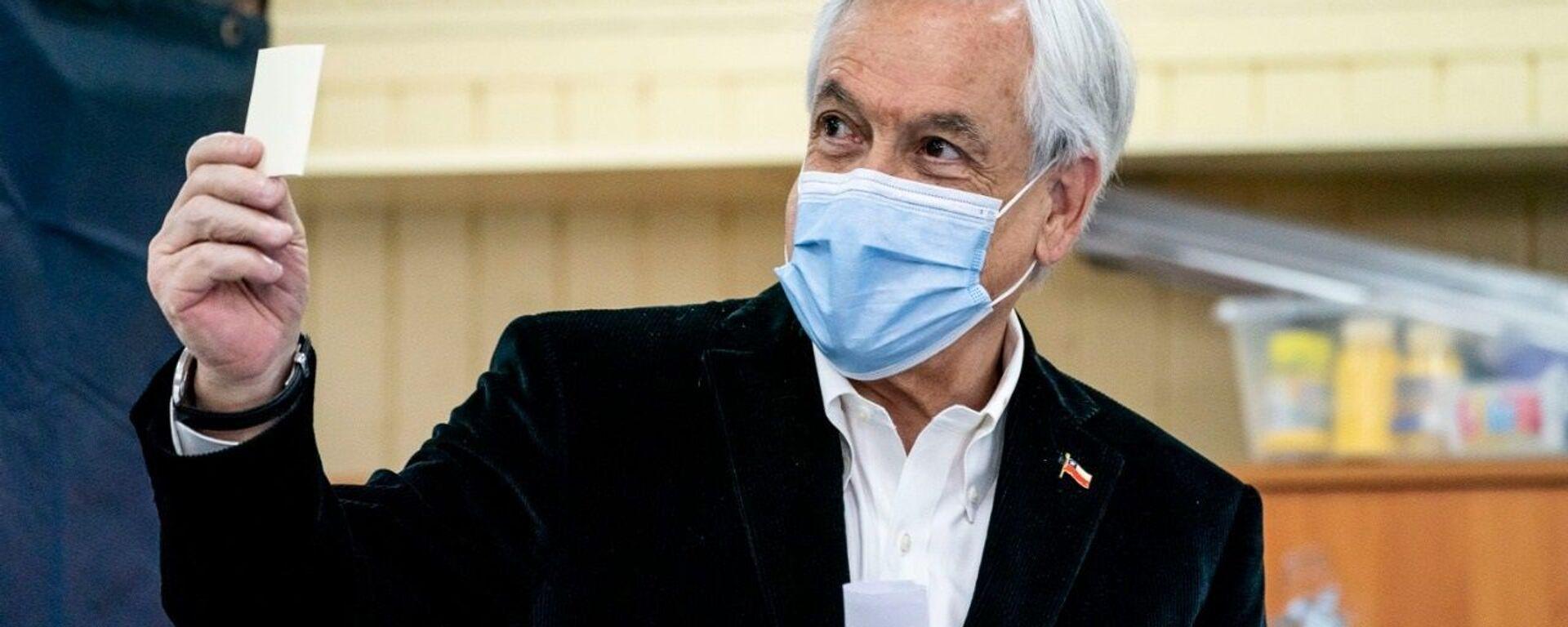 Sebastián Piñera, el presidente de Chile, vota en el referéndum 2020  - Sputnik Mundo, 1920, 30.04.2021