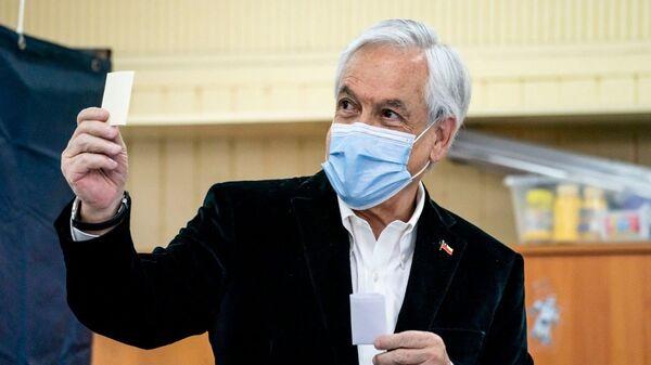 Sebastián Piñera, el presidente de Chile, vota en el referéndum 2020  - Sputnik Mundo