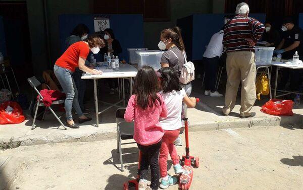 Niños acompañan a los adultos durante jornada electoral del plebiscito - Sputnik Mundo