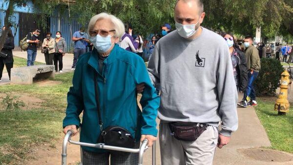 Adultos mayores yendo a votar en colegio de Ñuñoa (noreste de Santiago) - Sputnik Mundo