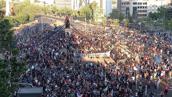 Manifestantes ocupan centro de Santiago al final de la jornada electoral - Sputnik Mundo
