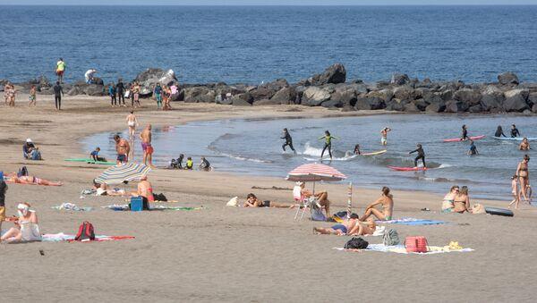 Los turistas disfrutan de un día en la Playa de Las Américas en la isla canaria de Tenerife - Sputnik Mundo