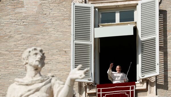 El papa Francisco dirige el rezo del Ángelus en el Vaticano - Sputnik Mundo