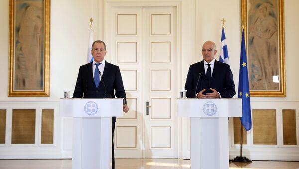 El ministro de Exteriores de Grecia, Nikos Dendias, con su homólogo ruso, Serguéi Lavrov - Sputnik Mundo