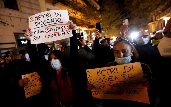 Protestas en Napoles contra las medidas de prevención ante la rápida propagación del coronavirus en Italia - Sputnik Mundo