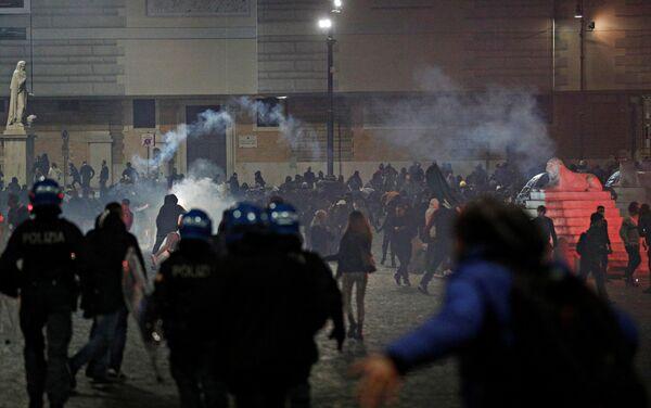 Protestas en Roma contra las medidas de prevención ante la rápida propagación del coronavirus en Italia - Sputnik Mundo