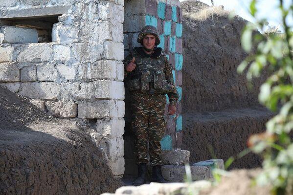 Soldados armenios en el frente de batalla contra las fuerzas de Azerbaiyán en Nagorno Karabaj - Sputnik Mundo