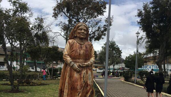 Estatua tallada en madera de Dolores Cacuango en el Parque Central de Olmedo (Ecuador) - Sputnik Mundo