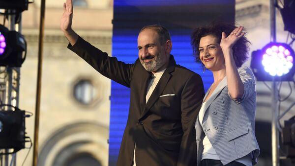 El primer ministro de Armenia, Nikol Pashinián, con su esposa Anna Akopián - Sputnik Mundo