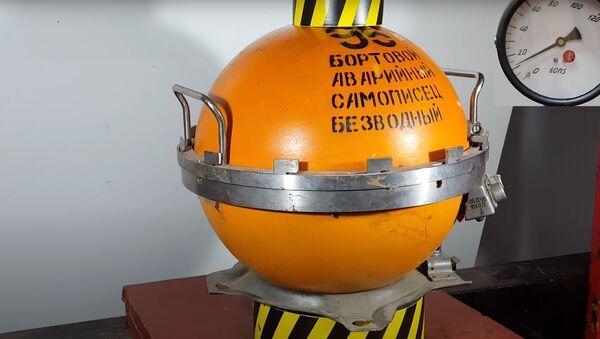 Prueba de una caja negra con una prensa hidráulica - Sputnik Mundo