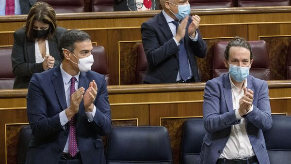 Pedro Sánchez y Pablo Iglesias durante una sesión parlamentaria en Madrid - Sputnik Mundo