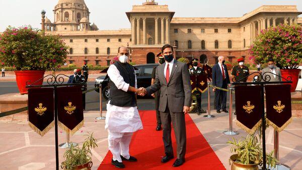 El ministro de Defensa indio, Rajnath Singh, con su homólogo estadounidense, Mark Esper - Sputnik Mundo