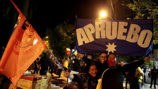 Celebraciones en Chile tras el referéndum 2020 - Sputnik Mundo