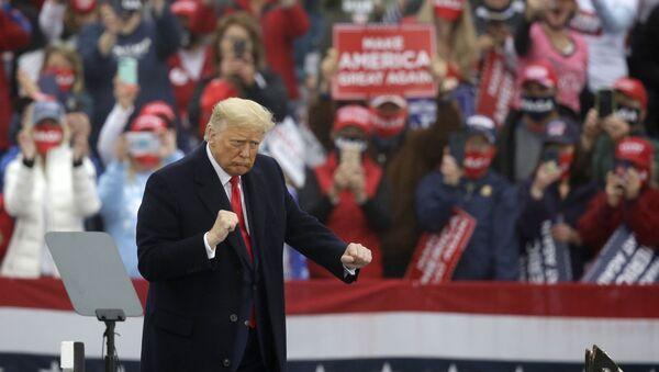 Donald Trump bailando YMCA en uno de sus mítines durante su campaña electoral - Sputnik Mundo