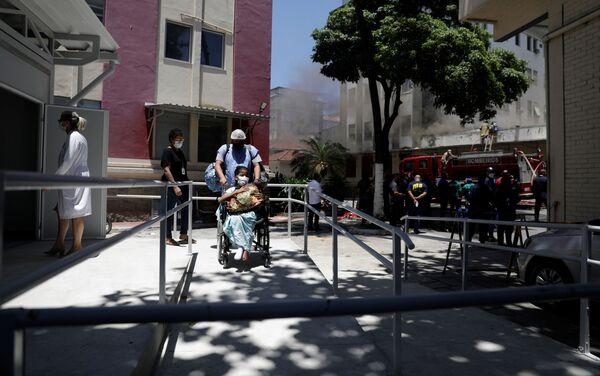 Evacuan a los pacientes durante el incendio en el Hospital Federal de Bonsucesso, Brasil  - Sputnik Mundo