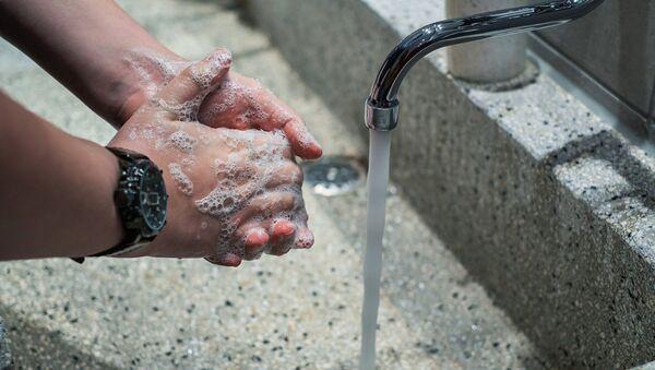 Una persona se lava las manos (imagen referencial) - Sputnik Mundo